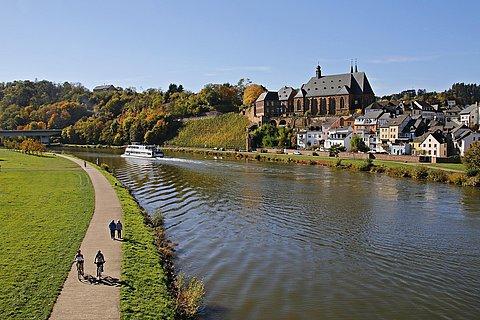 Spaziergänger und Radfahrer am Saarufer in Saarburg
