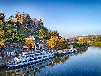 Ausflugsschiff am Schiffsanleger in Saarburg, oberhalb die Burganlage