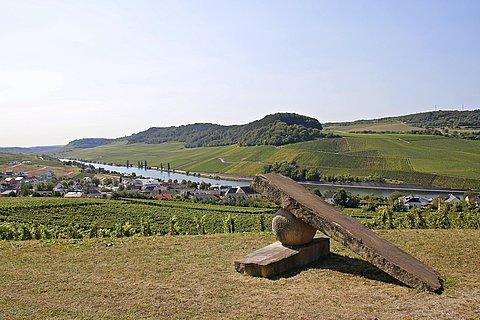 Steinskulptur bei Nittel, im Hintergrund Weinlandschaft