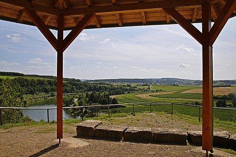 Blick aus einem Pavillon auf die Mosel bei Wehr