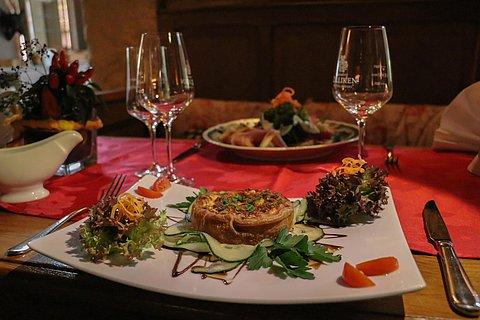 Quiche an Salatbouquet
