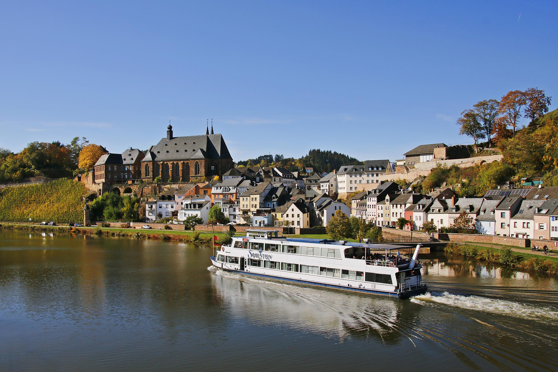 Blick auf die Altstadt von Saarburg, auf der Saar ein Ausflugsschiff
