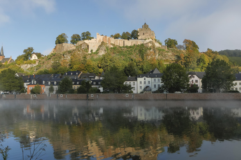 Blick auf die Saarburg und den Staden von der gegenüberliegenden Flusseite, Nebel über der Saar