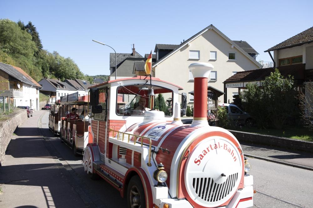 Touristen-Express auf einer Fahrt durch Saarburg