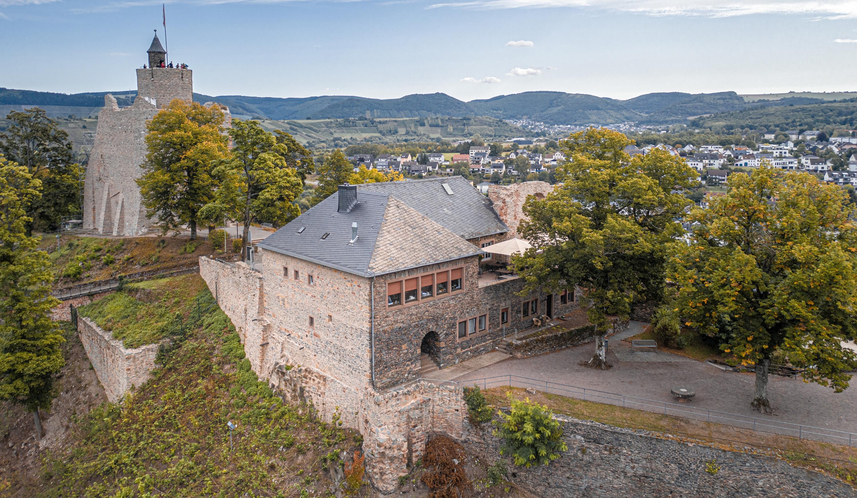 Blick auf die Burganlage von Saarburg, im Hintergrund die Stadt