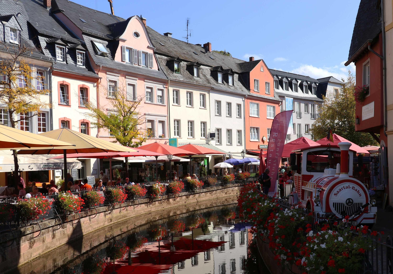 Touristenbahn am Buttermarkt in Saarburg