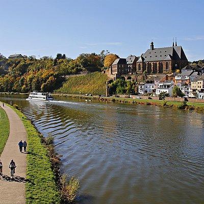 Foto: Saarburg mit Schiff
