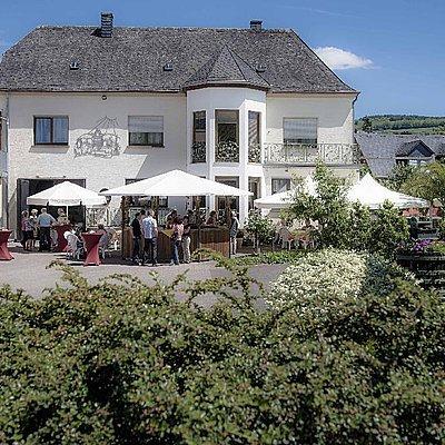 Foto: Weingut mit Weinstand