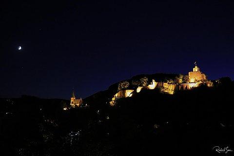 Burganlage Saarburg bei Nacht