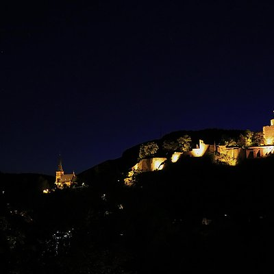 Foto: Burganlage Saarburg bei Nacht