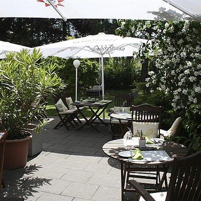 Foto: Terrasse mit Blick in den Garten