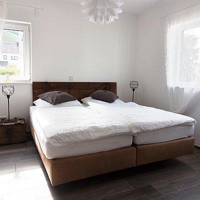 Foto: Schlafzimmer mit Boxspringbett (2)