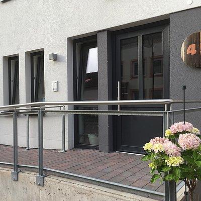 Foto: Gäesthaus-Eingang über Rampe erreichbar