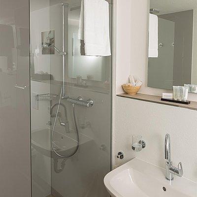 Foto: moderne Badezimmer im Gästehaus