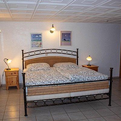 Foto: untere FeWo - 1. Schlafzimmer mit Bad