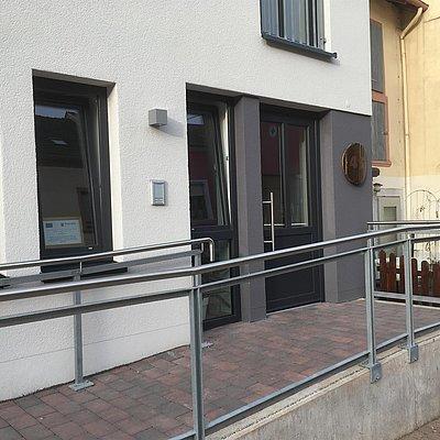 Foto: Eingang mit Rampe ins Gästehaus