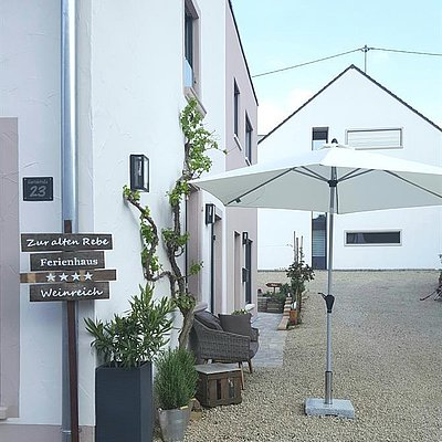 Foto: Hausansicht mit Innenhof
