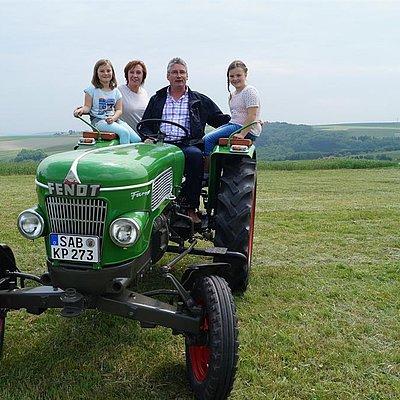 Foto: Mit dem Oldtimer-Traktor unterwegs