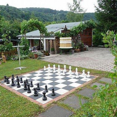 Foto: Schachspiel im Garten