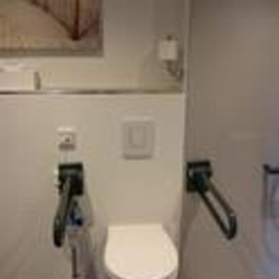 Foto: WC mit Haltegriffen im Gästehaus