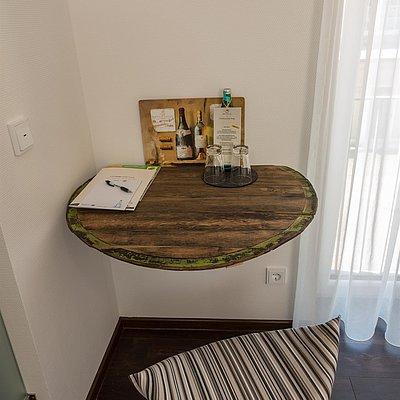 Foto: Faß 16 Schreibtisch im Gästehaus
